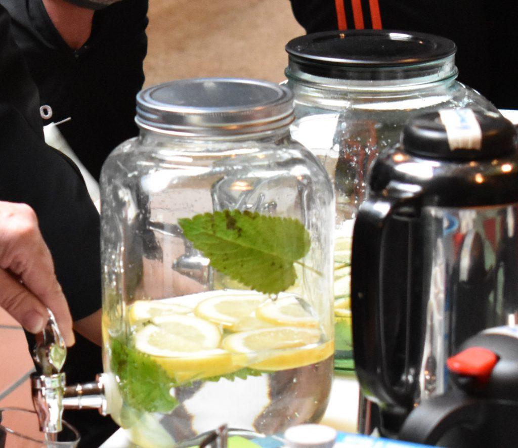 Bild von Wasserspendern mit Zitronenscheiben