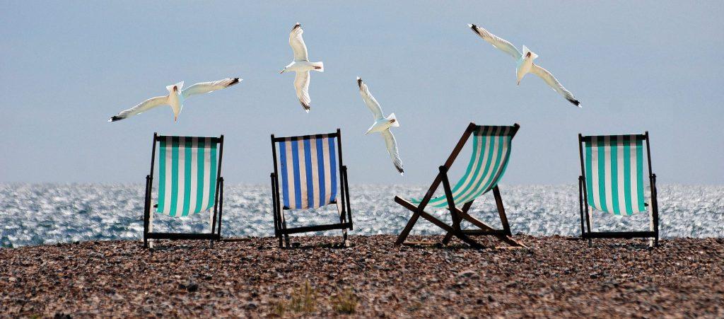 Strandliegen und Möwen
